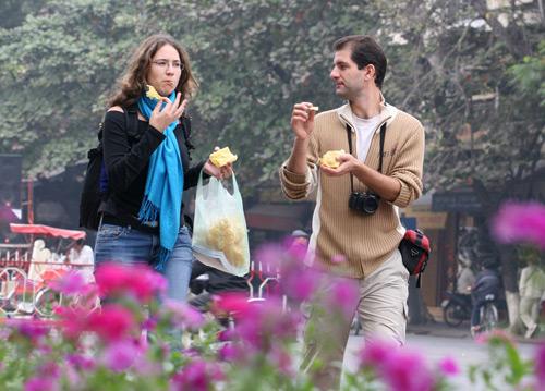 Vừa đi vừa ăn là sai lầm trong ăn uống ảnh hưởng đến sức khỏe mọi người