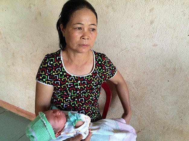 Bà Chu Thị Lô (54 tuổi, mẹ chồng của sản phụ tử vong bất thường Lương Thị Tuyết Thư) đau xót vì cảnh cháu nội mới sinh đã phải mất mẹ