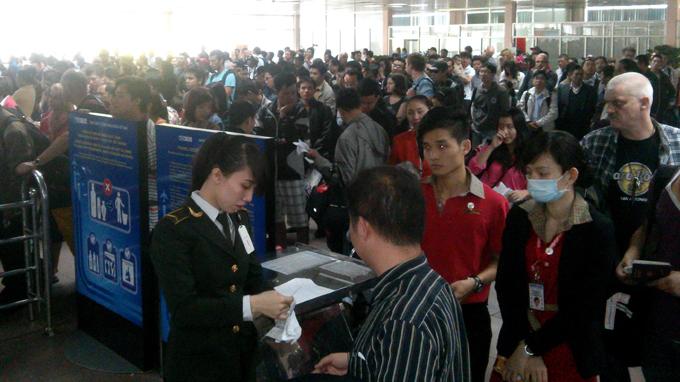 Chen chúc  trước cửa kiểm soát an ninh sân bay Tân SƠn Nhất