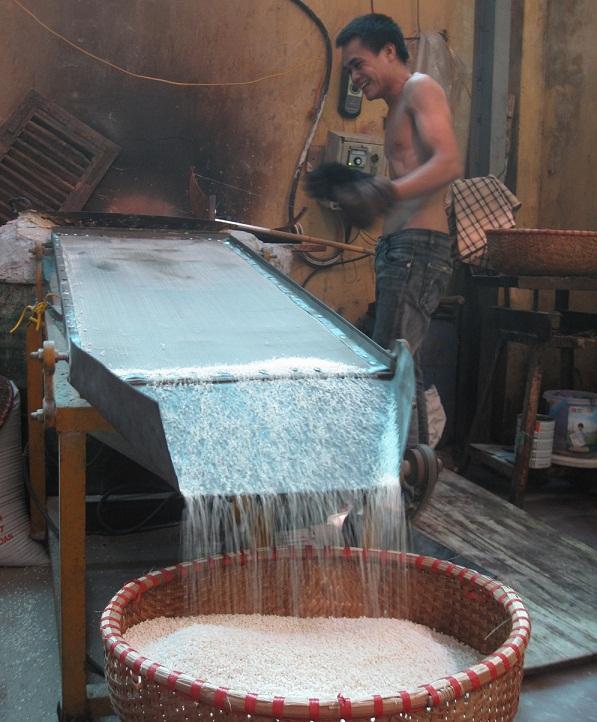 Chế biến gạo làm bánh trung thu ở làng Xuân Đỉnh