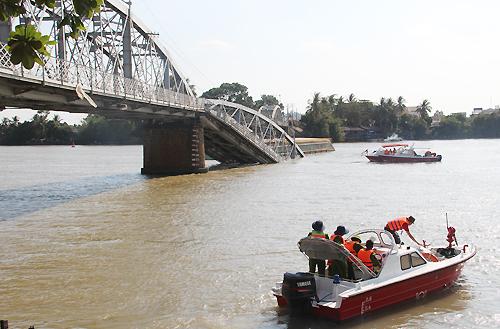 các canô cứu hộ vẫn xuôi ngược tại khúc sông cầu Ghềnh sập
