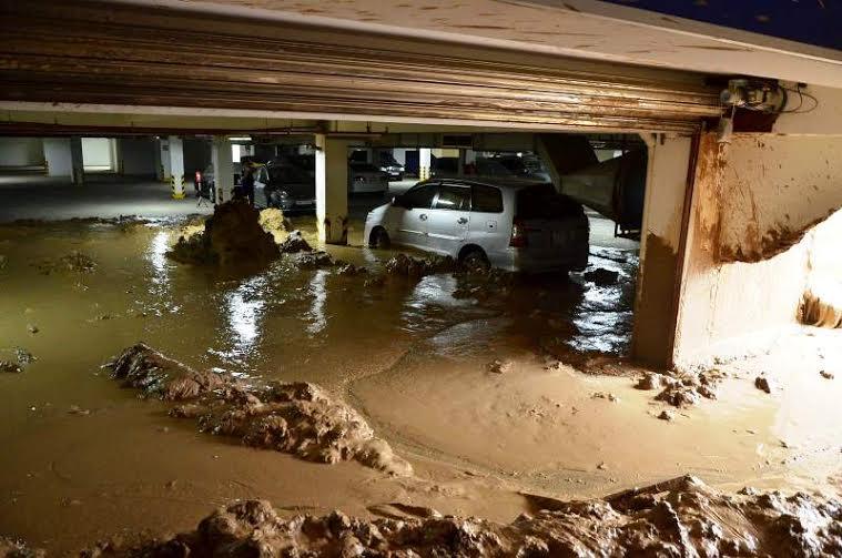 Hàng chục ô tô, xe máy bị bùn đất vùi lấp tại hiện trường vụ sập hầm chung cư Giai Việt