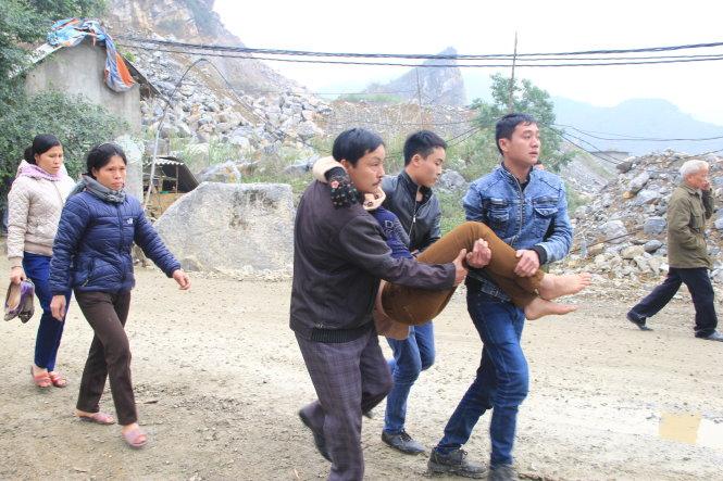 Người thân của nạn nhân Trương Văn Danh ngất tại hiện trường vụ tai nạn sập mỏ đá ở núi Hang Cá
