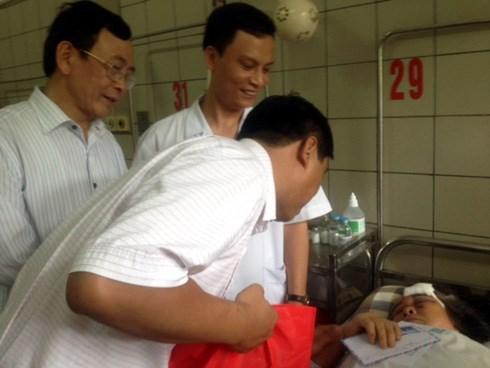 ông Đặng Văn Bất, Phó Giám đốc Sở Lao động, Thương binh và Xã hội thành phố Hà Nội thăm bệnh nhân trong vụ tai nạn.