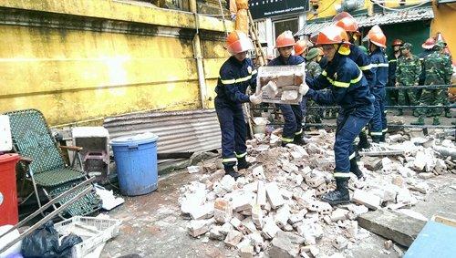Các lực lượng cứu hộ đang đào bới tìm kiếm nạn nhân vụ tai nạn sập nhà chết người