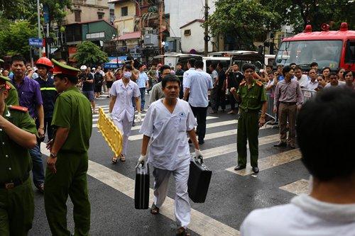 Các lực lượng y tế cũng được điều động tới hiện trường vụ sập nhà ở Hà Nội