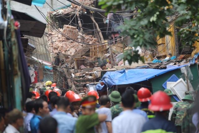 Ngôi nhà cổ đổ sập bất ngờ, nhiều người dân bị mắc kẹt bên trong