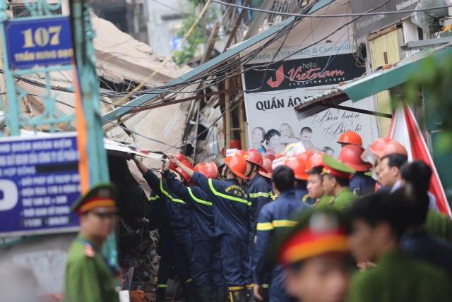 Lực lượng cứu hộ đang khẩn trương cứu người