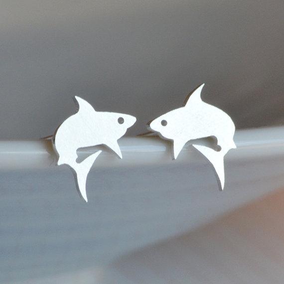 Hoa tai cá mập: Đôi hoa tai đính cá mập được làm bằng tay, chất liệu bạc 925 này có giá $60 trên trang etsy.com.