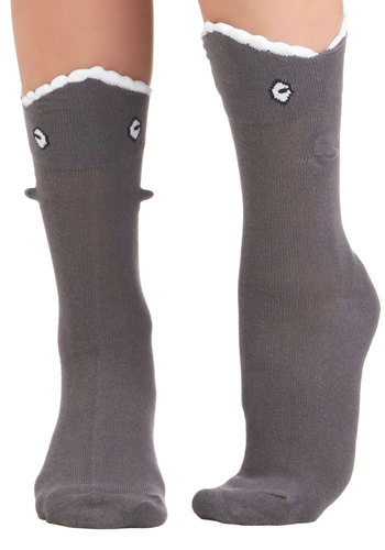 Tất cá mập: Tuy không thuộc dòng thời trang cao cấp nhưng chắc hẳn đây là một đôi tất hết sức dễ thương và ngộ nghĩnh. $10 là tất cả những gì bạn phải bỏ ra để mua chúng trên trang modcloth.com.