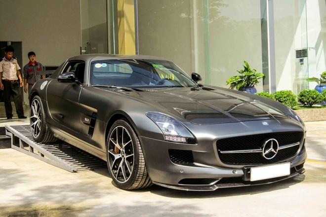 Ngày 18/10, nhân sự kiện khai trương một showroom xe sang ở quận 7, hàng loạt mẫu xe trị giá lên đến cả chục tỷ đồng cùng hội tụ. Nhưng nổi bật nhất là chiếc Mercedes-Benz SLS của nhà chồng diễn viên Tăng Thanh Hà.