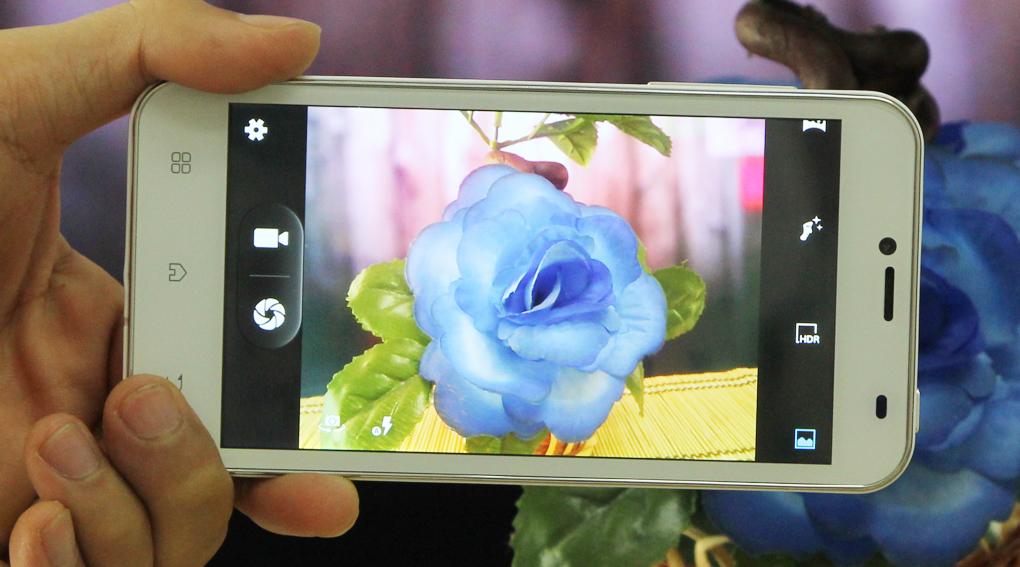 Q-Smart S29 có camera phụ 2MP, camera chính 5MP và đèn LED Flash trợ sáng