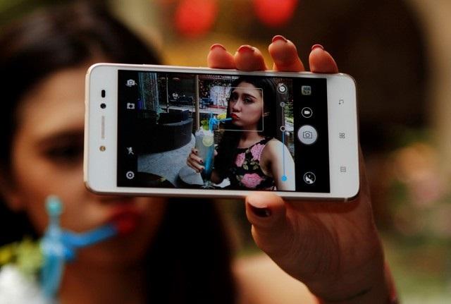 Smartphone giá rẻ kiểu dáng đẹp giống iPhone 6