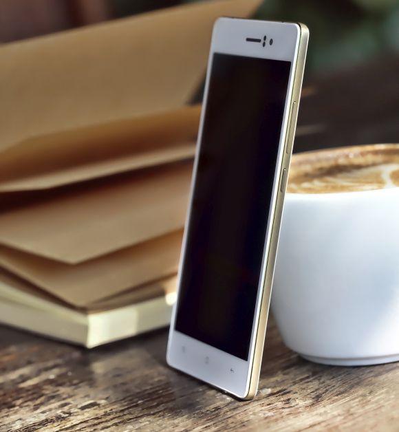OPPO R5 Gilded có thiết kế nhôm nguyên khối mạ vàng xung quanh lọt top smartphone hot nhất hiện nay