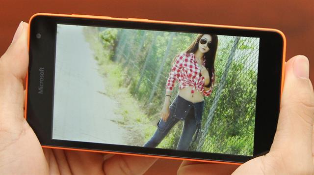 Lumia 535 là smartphone giá rẻ màn hình lớn thích hợp làm quà tặng cho các chị em yêu thích chụp hình