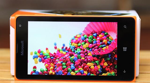 Lumia 435 có thiết kế nhỏ gọn, chắc chắn