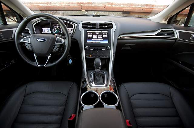 Ford Fusion 2015 sở hữu một loạt trang bị Tiêu chuẩn gồm camera lùi, la-zăng hợp kim 10 chấu trên bản S là thế mạnh khi so sánh xe ô tô