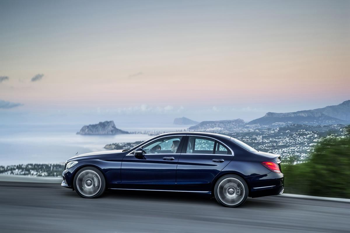 Audi A4 thế hệ mới tập trung vào công nghệ và hiệu suất khi so sánh xe ô tô phân khúc sedan hạng sang