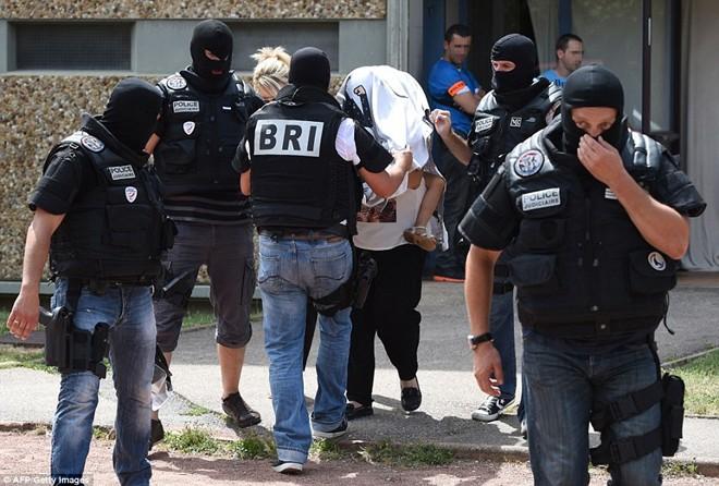 Cảnh sát tiến hành lục soát nhà riêng của nghi phạm khủng bố