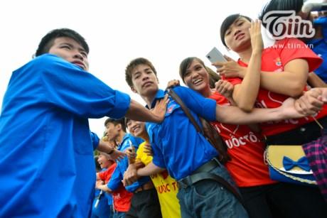 Khán giả vây kín Sơn Tùng M-TP tại sân Mỹ Đình