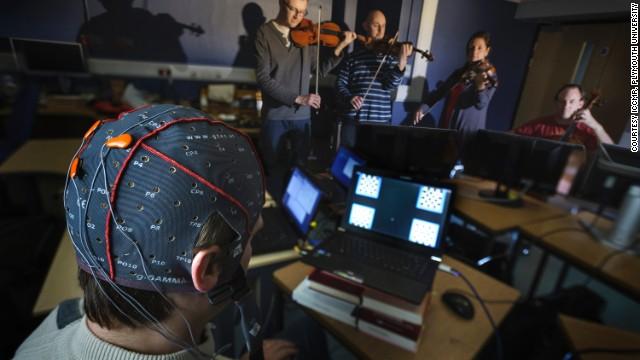 Với các điện cực gắn sau đầu, âm nhạc giờ đây có thể được tạo ra bằng sóng não