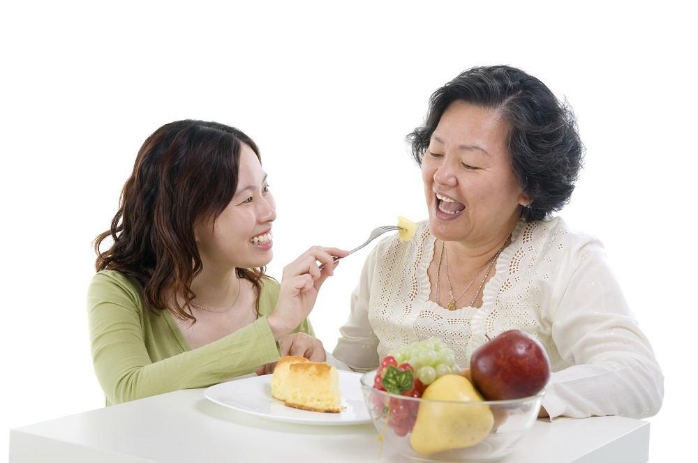 Chế độ dinh dưỡng hợp lý sẽ góp phần giúp khắc phục những trở ngại sức khỏe  thường gặp ở người lớn tuổi