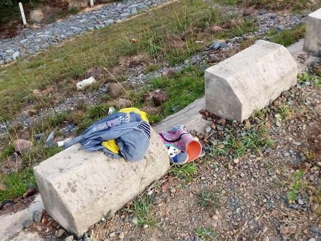Bộ quần áo của cháu bé gặp tai nạn chết đuối để lại trên bờ đập
