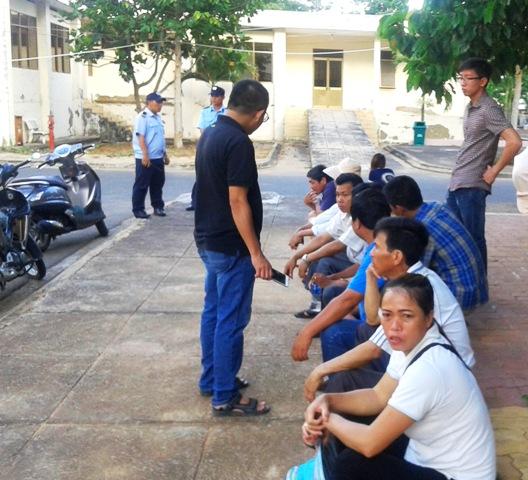 Gia đình các nạn nhân chờ nhận thi thể người thân
