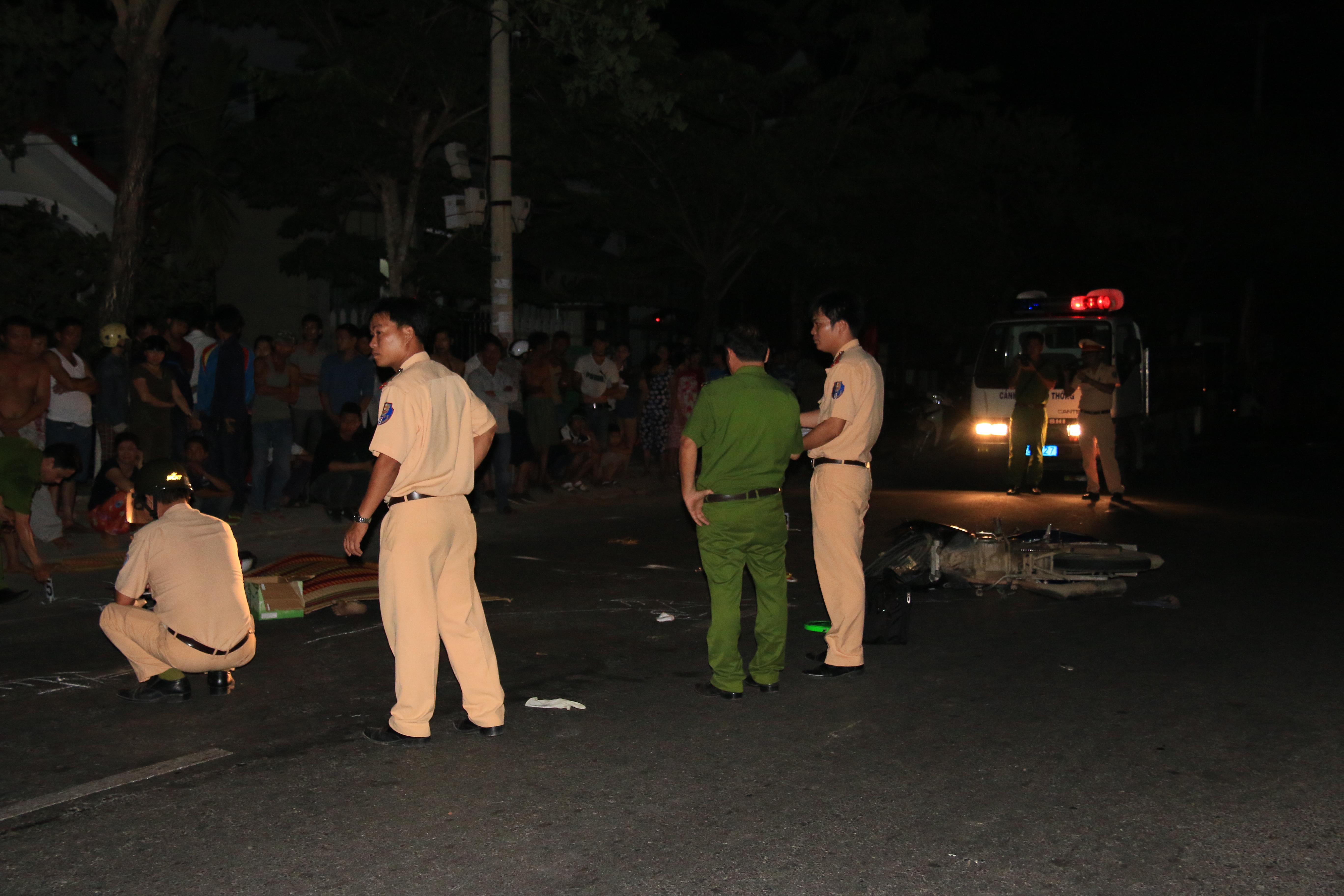 Lực lượng chức năng xử lý hiện trường vụ tai nạn giao thông