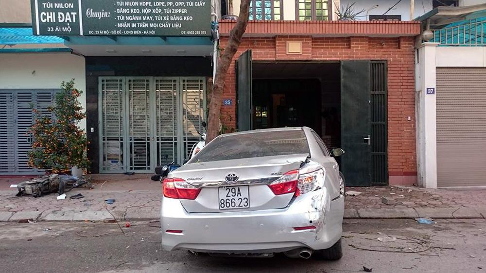 Chiếc xe Camry quay ngang, cắm đầu vào trước cửa nhà số 35 Ái Mộ sau khi gây tai nạn