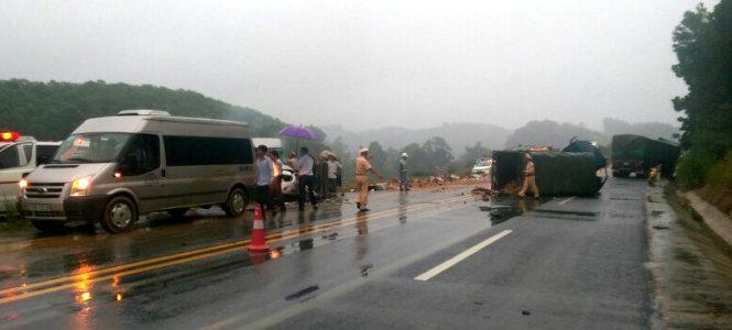 Sau cú va chạm mạnh, xe khách 16 chỗ (chạy chiều Lào Cai - Hà Nội) văng sang bên lề đường, hư hỏng nặng phần đầu xe.