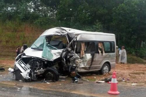 Thông tin cho biết, ô tô 16 chỗ đang trên đường đón dâu từ Lào Cai về Nam Định thì gặp tai nạn giao thông
