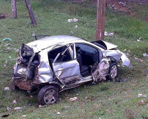 Chiếc xe ô tô bị biến dạng sau cú va chạm với xe máy, cột mốc và biển báo trong vụ tai nạn giao thông đáng tiếc ở Hà Tĩnh