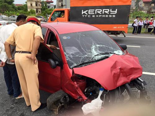 Vụ tai nạn giao thông kinh hoàng khiến chiếc xe ô tô Kia Morning bẹp rúm phần đầu