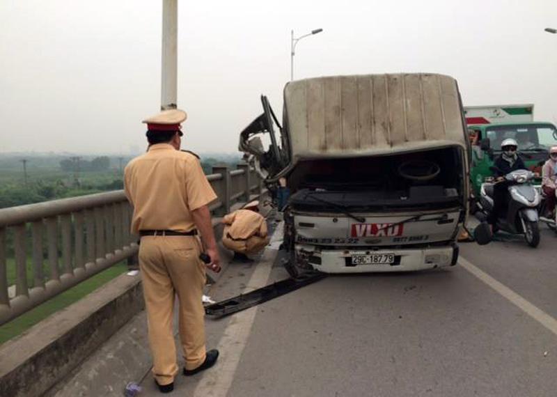 Vụ tai nạn giao thông khiến 7 nhịp lan can bung khỏi cầu, cầu Vĩnh Tuy ách tắc kéo dài