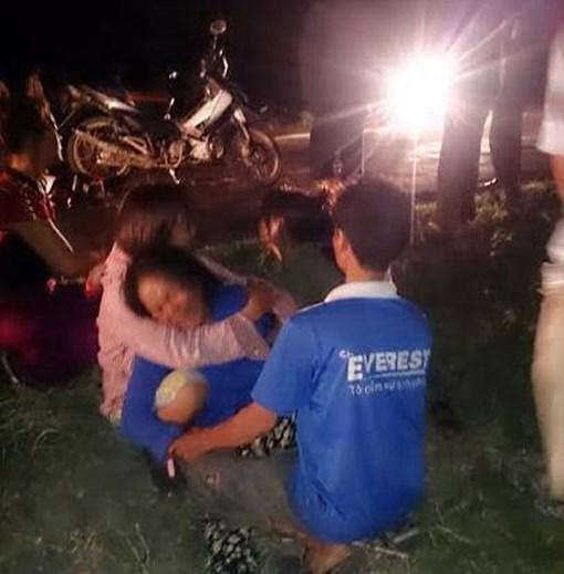 Người thân cháu bé khóc ngất ngay cạnh hiện trường vụ tai nạn giao thông nghiêm trọng