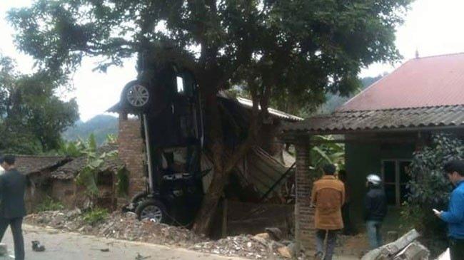 Chiếc ô tô Everset bị treo ngược lên cây tại hiện trường vụ tai nạn giao thông