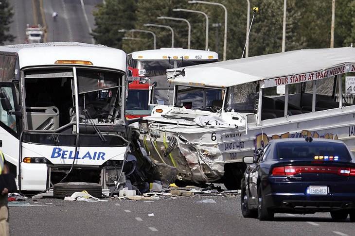 Hiện trường vụ tai nạn giao thông giữa xe buýt chở du học sinh tại Mỹ và xe du lịch
