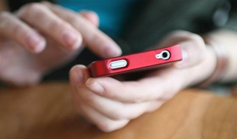 Đã có nhiều vụ việc bé bị tai nạn vì bố mẹ mải mê  với điện thoại ở Trung Quốc