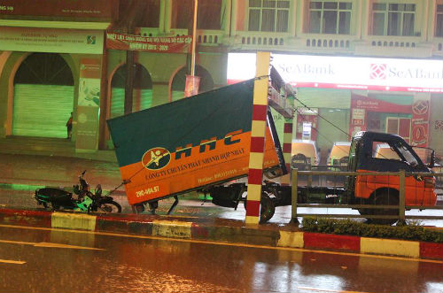 Hiện trường vụ tai nạn giao thông trên nút cầu vượt Láng Hạ - Giảng Võ
