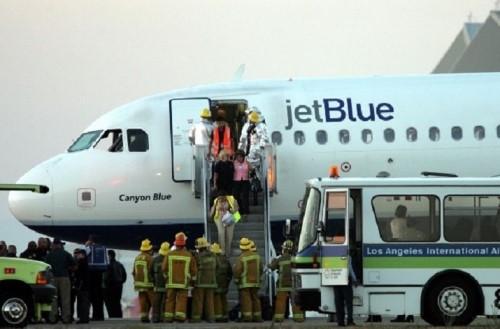 Hai nữ hành khách ẩu đả trên máy bay bị khởi tố trong khi giới chức bị cho là thiếu trách nhiệm khi để xảy ra tai nạn hy hữu này