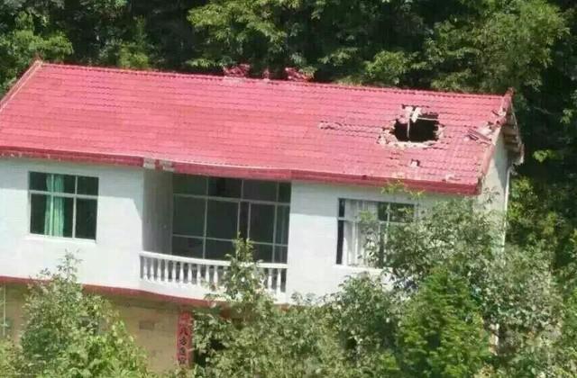 Mảnh vỡ tên lửa Trung Quốc gây ra một lỗ thủng lớn trên mái nhà sau vụ tai nạn hy hữu