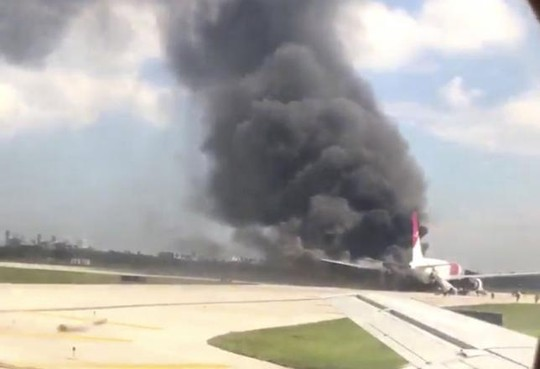 Vụ tai nạn hy hữu máy bay bốc cháy khiến nhiều người, trong đó có cả trẻ em bị thương