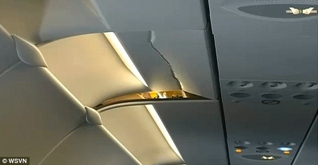 Hình ảnh trần máy bay nứt rạn do bị hành khách va phải sau tai nạn hy hữu