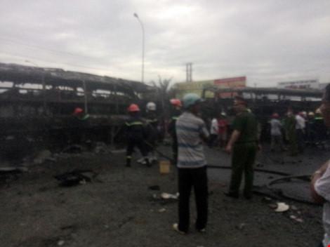 Tại hiện trường, hai xe khách và xe tải đã cháy chỉ còn trơ khung không nhận diện được màu xe cũng như biển số. Ảnh PLO