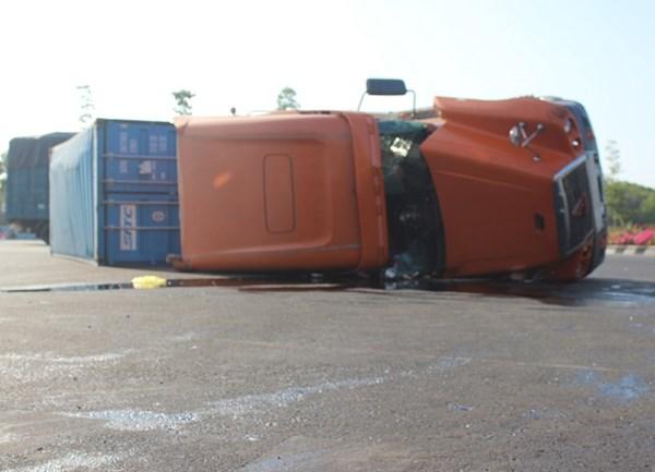 Sau tai nạn lật xe container, dầu nhớt lênh láng khắp đường