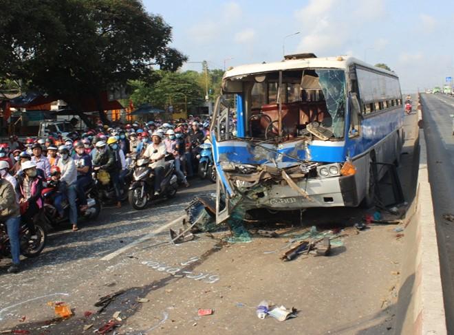 Vụ tai nạn giao thông khiến phần đầu xe khách BKS 60N – 5181 bị hư hỏng nặng, tài xế bị gãy chân