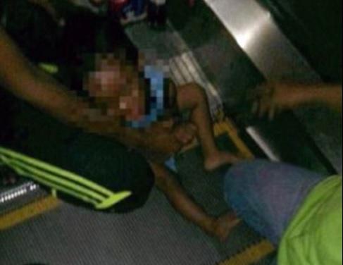 Vụ tai nạn thang cuốn khiến bé trai gào khóc thảm thiết vì quá đau đớn