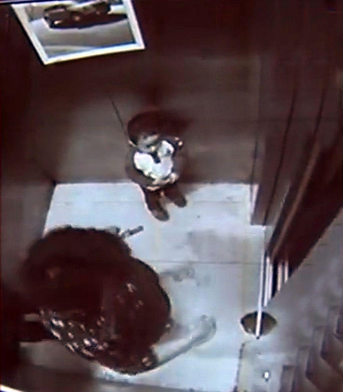 Cậu con trai 2 tuổi đẩy mẹ ngã xuống hố thang máy. Ảnh Mirror