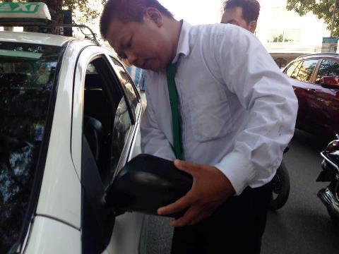 Lái xe Taxi Mai Linh bị hành hung ngay trước Tràng Tiền Plaza